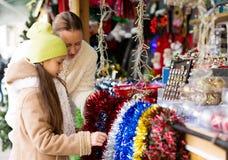 Αγορές στην αγορά Χριστουγέννων Στοκ εικόνα με δικαίωμα ελεύθερης χρήσης