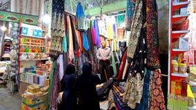 Αγορές στο υφαντικό κατάστημα σε Valik Bazaar της Shiraz φιλμ μικρού μήκους