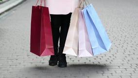 αγορές της Sally κοριτσιών τσ&alp απόθεμα βίντεο