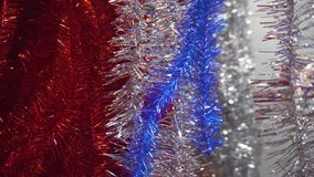 αγορές Χριστουγέννων Αρσενικό χέρι που επιλέγει τη διακόσμηση για τα Χριστούγεννα και το νέο έτος, tinsel φιλμ μικρού μήκους