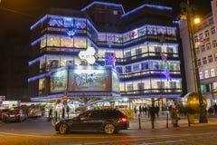 Αγορές Χριστουγέννων μπροστά από ένα μεγάλο διακοσμημένο εμπορικό κέντρο Kotva στην Πράγα στο τετράγωνο Δημοκρατίας Στοκ Φωτογραφίες