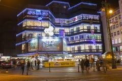 Αγορές Χριστουγέννων μπροστά από ένα μεγάλο διακοσμημένο εμπορικό κέντρο Kotva στην Πράγα στο τετράγωνο Δημοκρατίας Στοκ Εικόνες