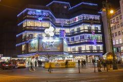 Αγορές Χριστουγέννων μπροστά από ένα μεγάλο διακοσμημένο εμπορικό κέντρο Kotva στην Πράγα στο τετράγωνο Δημοκρατίας Στοκ φωτογραφία με δικαίωμα ελεύθερης χρήσης
