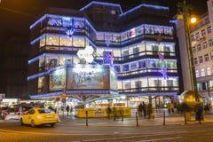 Αγορές Χριστουγέννων μπροστά από ένα μεγάλο διακοσμημένο εμπορικό κέντρο Kotva στην Πράγα στο τετράγωνο Δημοκρατίας Στοκ εικόνες με δικαίωμα ελεύθερης χρήσης