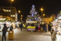 Αγορές Χριστουγέννων μπροστά από ένα μεγάλο διακοσμημένο παλλάδιο εμπορικών κέντρων στην Πράγα στο τετράγωνο Δημοκρατίας, 2017 Στοκ Φωτογραφίες