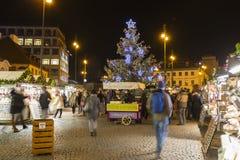 Αγορές Χριστουγέννων μπροστά από ένα μεγάλο διακοσμημένο παλλάδιο εμπορικών κέντρων στην Πράγα στο τετράγωνο Δημοκρατίας, 2017 Στοκ εικόνα με δικαίωμα ελεύθερης χρήσης