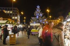 Αγορές Χριστουγέννων μπροστά από ένα μεγάλο διακοσμημένο παλλάδιο εμπορικών κέντρων στην Πράγα στο τετράγωνο Δημοκρατίας, 2017 Στοκ φωτογραφία με δικαίωμα ελεύθερης χρήσης