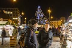 Αγορές Χριστουγέννων μπροστά από ένα μεγάλο διακοσμημένο παλλάδιο εμπορικών κέντρων στην Πράγα στο τετράγωνο Δημοκρατίας, 2017 Στοκ φωτογραφίες με δικαίωμα ελεύθερης χρήσης