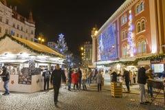 Αγορές Χριστουγέννων μπροστά από ένα μεγάλο διακοσμημένο παλλάδιο εμπορικών κέντρων στην Πράγα στο τετράγωνο Δημοκρατίας, 2017 Στοκ Εικόνα