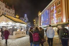 Αγορές Χριστουγέννων μπροστά από ένα μεγάλο διακοσμημένο παλλάδιο εμπορικών κέντρων στην Πράγα στο τετράγωνο Δημοκρατίας, 2017 Στοκ εικόνες με δικαίωμα ελεύθερης χρήσης