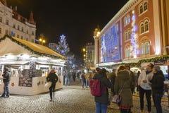 Αγορές Χριστουγέννων μπροστά από ένα μεγάλο διακοσμημένο παλλάδιο εμπορικών κέντρων στην Πράγα στο τετράγωνο Δημοκρατίας, 2017 Στοκ Εικόνες