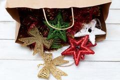 αγορές Χριστουγέννων Πλήρης τσάντα εγγράφου των διακοσμήσεων Χριστουγέννων Στοκ φωτογραφία με δικαίωμα ελεύθερης χρήσης
