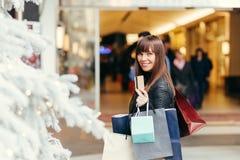 αγορές Χριστουγέννων Όμορφο ευτυχές κορίτσι με την πιστωτική κάρτα σε Sho Στοκ Εικόνες