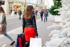 αγορές Χριστουγέννων Όμορφο ευτυχές κορίτσι με τις τσάντες αγορών CH Στοκ εικόνα με δικαίωμα ελεύθερης χρήσης