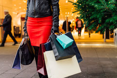αγορές Χριστουγέννων Όμορφο ευτυχές κορίτσι με τις τσάντες αγορών CH Στοκ εικόνες με δικαίωμα ελεύθερης χρήσης