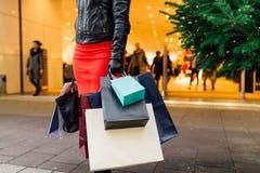 αγορές Χριστουγέννων Όμορφο ευτυχές κορίτσι με τις τσάντες αγορών CH Στοκ Εικόνες