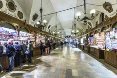 Αγορές arcade στην αίθουσα υφασμάτων Sukiennice στην Κρακοβία Στοκ Φωτογραφία