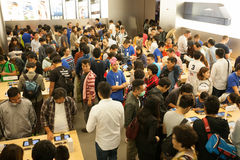 Αγοραστές και πωλητές στο κατάστημα της Apple στο Χονγκ Κονγκ Στοκ Φωτογραφία
