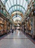Αγοραστές που περπατούν μέσω ενός βικτοριανού Arcade στο Λιντς Στοκ Εικόνες