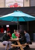 Αγοραστές που τρώνε σε Smorgasburg, Λος Άντζελες στοκ εικόνα
