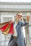 Αγοραστής γυναικών κοντά Arc de Triomphe που παίρνει selfie με το κινητό τηλέφωνο Στοκ εικόνα με δικαίωμα ελεύθερης χρήσης