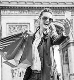 Αγοραστής γυναικών κοντά Arc de Triomphe που παίρνει selfie με το κινητό τηλέφωνο Στοκ Εικόνες