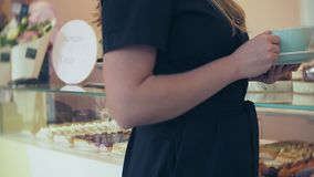 Αγοραστής επιλέγει yummy Το νέο ελκυστικό κορίτσι, γυναίκα αγοράζει στη καφετερία ή τις ζύμες, κέικ, κέικ, macaroon Α φιλμ μικρού μήκους