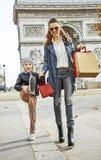 Αγοραστής μητέρων και παιδιών κοντά Arc de Triomphe που πηγαίνει forwar Στοκ Εικόνες