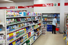 Αγοραστής σε μια υπεραγορά ΟΡΘΟΣΤΑΤΩΝ Στοκ Εικόνα