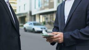Αγοραστής του οχήματος που πληρώνει τα χρήματα στον ιδιοκτήτη του αυτοκινήτου, πώληση του αυτοκινήτου χωρίς μεσάζοντα φιλμ μικρού μήκους