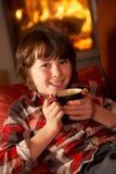 αγοριών άνετες ποτών χαλαρώνοντας νεολαίες κούτσουρων πυρκαγιάς καυτές Στοκ Φωτογραφίες