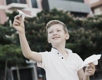 Αγοριών με το αεροπλάνο παιχνιδιών Στοκ Εικόνες