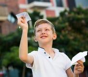 Αγοριών με το αεροπλάνο παιχνιδιών Στοκ Εικόνα