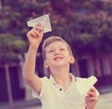 Αγοριών με το αεροπλάνο παιχνιδιών Στοκ φωτογραφία με δικαίωμα ελεύθερης χρήσης