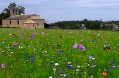 Αγρανάπαυση τομέων Churche και λουλουδιών Στοκ εικόνα με δικαίωμα ελεύθερης χρήσης