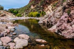 Αγριότητα βουνών δεισιδαιμονίας ιχνών φαραγγιών λίθων στην Αριζόνα Στοκ Εικόνες