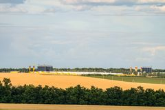 Αγροβιομηχανικός σύνθετος στον ορίζοντα στοκ εικόνες