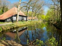 Αγροικία κατά μήκος του καναλιού στα ξύλα Στοκ Φωτογραφίες