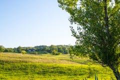 Αγροικία κοντά στο γεωργικό τομέα Στοκ Εικόνες