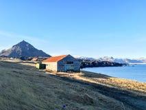 Αγροικία, παραλία, βουνό, μπλε ουρανός, Arnarstapi, Ισλανδία Στοκ Εικόνες