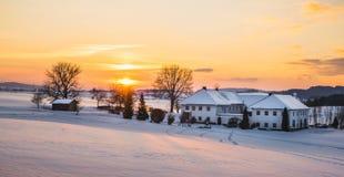 Αγροικία σε ένα χειμερινό τοπίο στην ανατολή Στοκ εικόνα με δικαίωμα ελεύθερης χρήσης