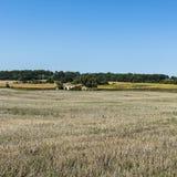 Αγροικία στο καλλιεργήσιμο έδαφος Στοκ Φωτογραφία