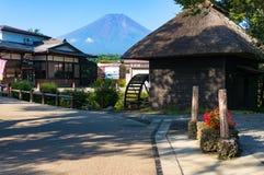 Αγροικίες Hakkai Oshino και λίμνη της ΑΜ Φούτζι πέντε λίμνες στοκ φωτογραφία με δικαίωμα ελεύθερης χρήσης