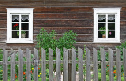 αγροτικά δύο Windows σπιτιών Στοκ εικόνα με δικαίωμα ελεύθερης χρήσης