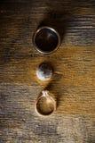 Αγροτικά εκλεκτής ποιότητας γαμήλια δαχτυλίδια σε μια ξύλινη επιφάνεια στοκ εικόνα