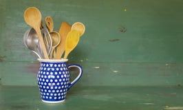 Αγροτικά εργαλεία κουζινών σε μια παλαιά κανάτα Στοκ Εικόνες