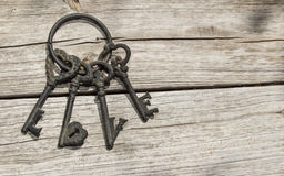 Αγροτικά κλειδιά σκελετών που εξηγούν την αγάπη λέξης στο στενοχωρημένο ξύλο Στοκ εικόνα με δικαίωμα ελεύθερης χρήσης