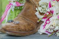Αγροτικά μπότα, δαχτυλίδια και λουλούδια με την εκλεκτής ποιότητας σύσταση Στοκ εικόνα με δικαίωμα ελεύθερης χρήσης