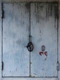 Αγροτικά ξεπερασμένα παραθυρόφυλλα πορτών μετάλλων Στοκ εικόνα με δικαίωμα ελεύθερης χρήσης