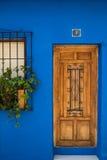 Αγροτικά ξύλινη μπροστινή πόρτα αριθ. 1 στοκ εικόνες